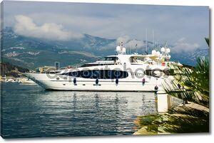 Роскошные яхты в порту. Будва. Черногория