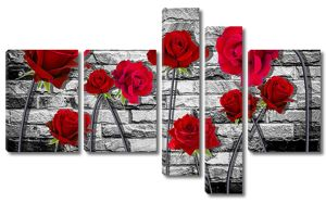 Розы на фоне черно-белой кирпичной стены