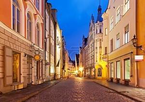 Вечерняя улица в Старом городе в Таллинне, Эстония