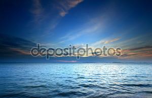 Синее море и небо закат