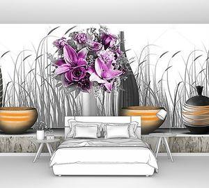 Светлый фон, вазы с фиолетовым цветами на пьедестале