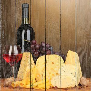 различные виды сыра на деревянный стол на коричневый фон