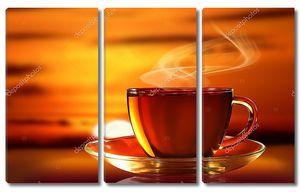 Чашка горячего чая на закате