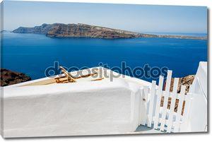 Шезлонги на террасе с видом на море