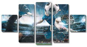 Футбольный нападающий бьет по мячу акробатическим ударом в воздух на стадионе в ночном матче