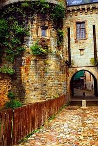 Старые каменные стены