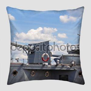 Военный корабль с оружием