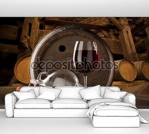 Натюрморт с красным вином на фоне бочки