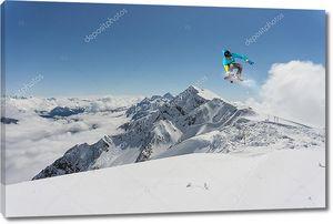 Снежные горы и сноубордист
