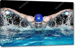 Пловец в голубой воде