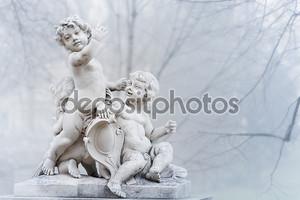 Статуя маленьких мальчиков в парке в Вене
