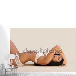 Девушка в нижнем белом белье