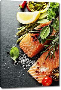 вкусная часть свежего филе лосося с ароматными травами,