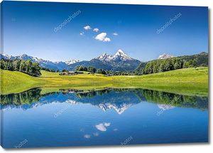 Идиллический летний пейзаж с ясным горным озером в Альпах