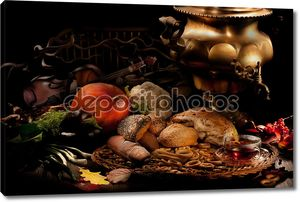 Ягоды и овощи на деревянном столе