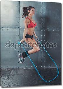 Прыжки пропуская веревку концепции спорта здоровья фитнес потери вес кардио подготовки тренировки оздоровительный спортивный женщина.
