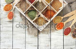 ассортимент специй в поле, на фоне деревянные и деревянные ложки