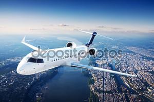 частный реактивный самолет в голубое небо.