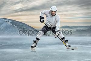 Хоккеист на фоне гор