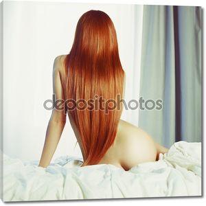 Чувственная  рыжая женщина в постели