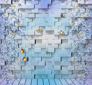 Кирпичная стена с бабочками и голубыми растениями