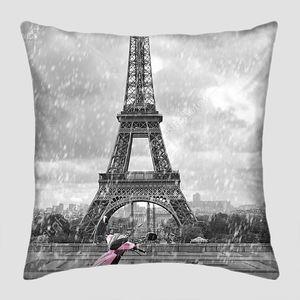 Эйфелева башня в дождь с розовый скутер Парижа. черный и w