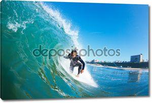 серфингист на синей океанской волне