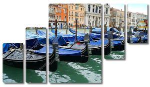 В Венеции, причал гондол