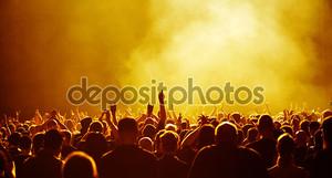 желтый концерт толпы