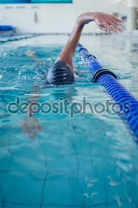 Fit пловец делает ход передней