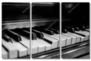 сломанной Винтаж фортепиано черный и белый