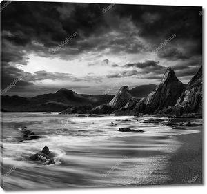 красивый пейзаж гор и моря на черном закате и wh
