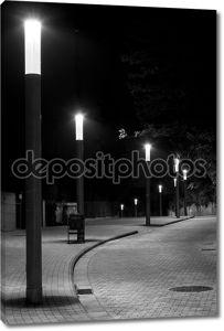 Ряд фонарей в изогнутые и мощеные улицы