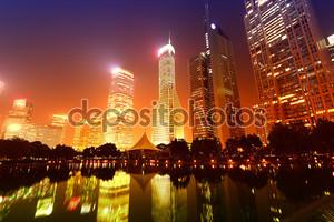Высотные здания в Шанхае в новый Пудун банковской и деловой район, через реку Хуанпу от Старого города