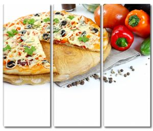 Вкусная пицца рядом с перцами