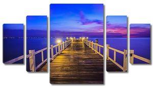 деревянный мост в порту между восход