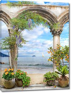 Мандариновое дерево у колонн на берегу