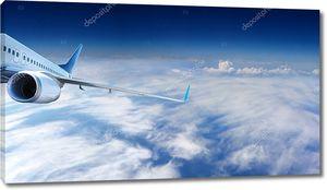 Реактивный самолет летящий в облачном небе