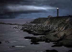 Маяк во время сильного шторма в ночное время