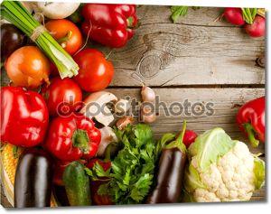 здоровые органические овощи на деревянном фоне