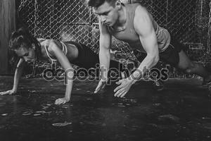 Спортсмены. подходит мужской тренер мужчины и женщины делают легкими похлопывающими отжимания взрывной силой, подготовка концепции crossfit фитнес тренировки прочности мощность
