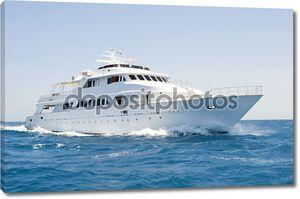 Большой моторная яхта в настоящее время на море