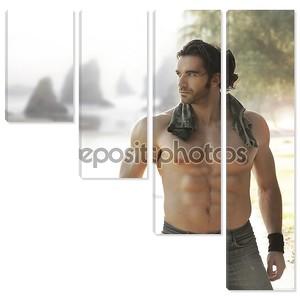 Ломоть с мускулистым телом, рядом с пляжем