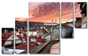 панорама старого города в Праге в закате (Чехия)