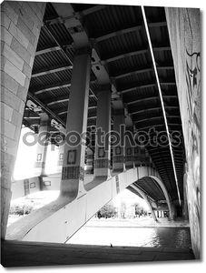 под мостом через воду