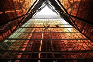Здание с окнами оранжевого цвета