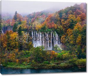 Захватывающий вид большой водопад в Всемирного наследия ЮНЕСКО национального парка Плитвицкие озера, Хорватия
