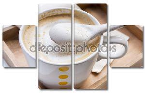 Взбитые сливки на ложку и чашку кофе капучино