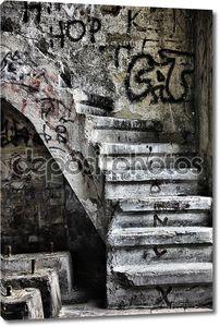 Заброшенные лестница в побежал вниз здания