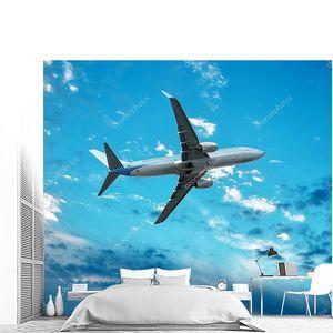 Большой реактивный самолет, летящий фоне идеальное небо